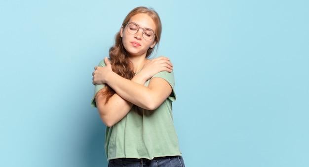 Piękna blondynka zakochana, uśmiechnięta, przytulająca się i przytulająca, samotna, samolubna i egocentryczna