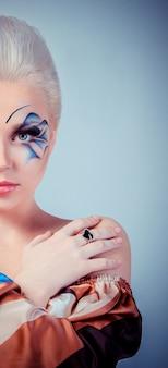 Piękna blondynka zdrowe długie włosy i makijaż rozrywka
