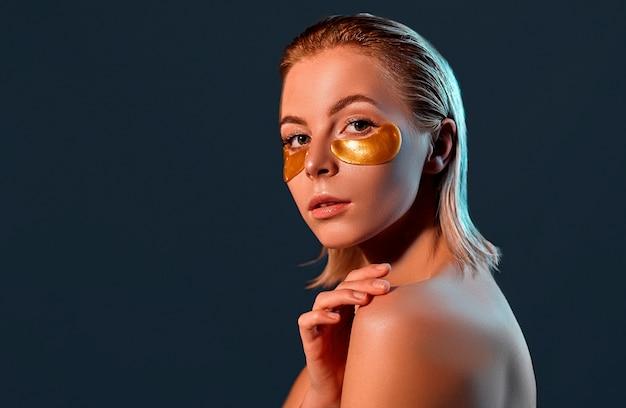 Piękna blondynka ze złotymi opaskami na oku