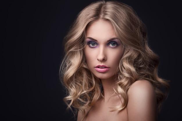 Piękna blondynki dziewczyna z kędzierzawym włosy