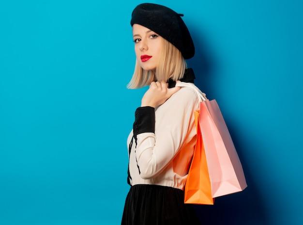 Piękna blondynki dziewczyna z torba na zakupy