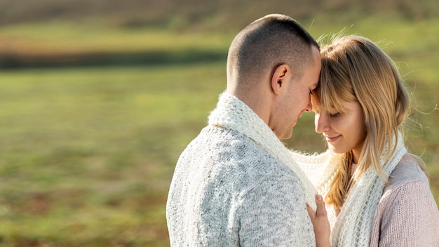Piękna blondynki kobieta i przystojny mężczyzna