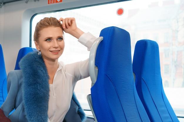 Piękna blondynki kobieta jedzie pociąg