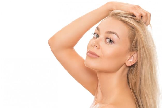 Piękna blondynki kobieta odizolowywająca na bielu