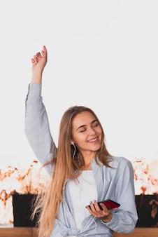 Piękna blondynki kobieta podnosi jej rękę