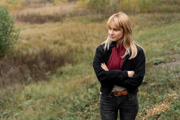 Piękna blondynki kobieta pozuje w naturze