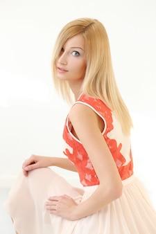 Piękna blondynki kobieta w sukni