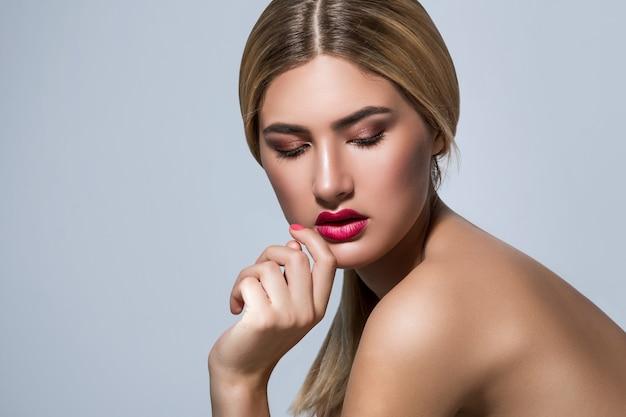Piękna blondynki kobieta z czerwonymi wargami