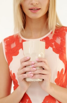 Piękna blondynki kobieta z herbacianą filiżanką