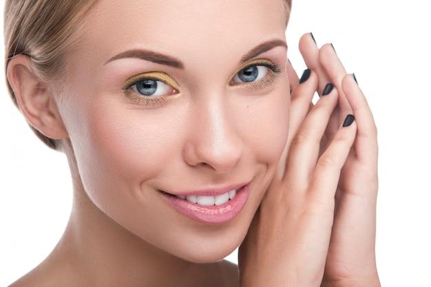 Piękna blondynki kobieta z jaskrawym makeup