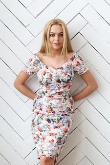 Piękna blondynki kobieta z kwiecistą suknią