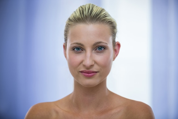 Piękna blondynki kobieta z zdrową skórą