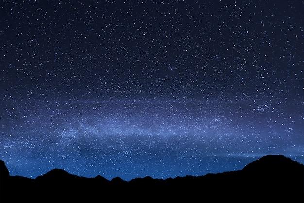 Piękna błyszcząca gwiazda na niebie na górze rinjani