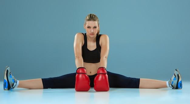 Piękna bokser dziewczyna na szarym tle