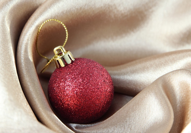 Piękna bombka na złotej satynowej tkaninie