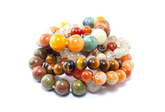 Piękna bransoletka kamienna, ręcznie robiona bransoletka z koralików na białym tle.