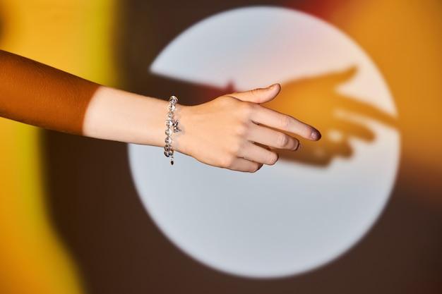 Piękna bransoletka na damskiej dłoni. biżuteria dla dziewczynki