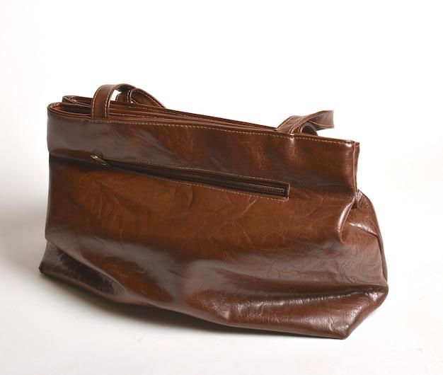 Piękna brązowa skórzana torebka na białym tle