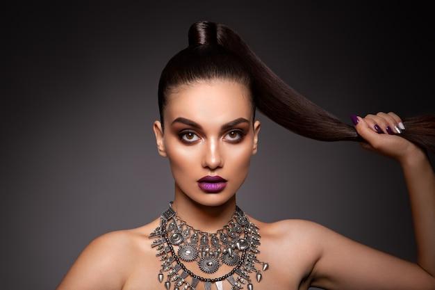 Piękna Brunetka Dama Z Idealny Makijaż. Piękny Profesjonalny Makijaż Na Wakacje. Premium Zdjęcia
