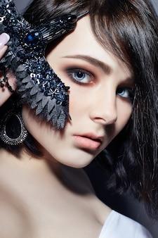 Piękna brunetka dziewczyna duże niebieskie oczy czarna broszka