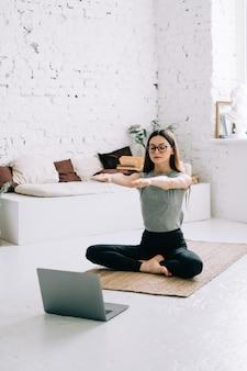 Piękna brunetka fitness kobieta robić ćwiczenia rozciągające