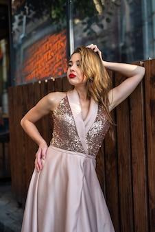 Piękna brunetka kobieta posign w gorący letni dzień w mieście. styl życia