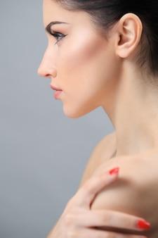 Piękna brunetka kobieta pozowanie