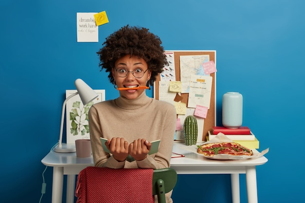 Piękna brunetka kobieta przebywa w swoim miejscu pracy