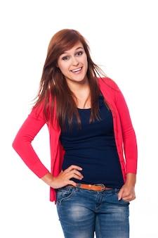 Piękna brunetka kobieta uśmiecha się do kamery