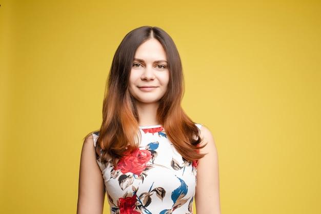 Piękna brunetka kobieta z idealnie pielęgnowane włosy po salonie piękności