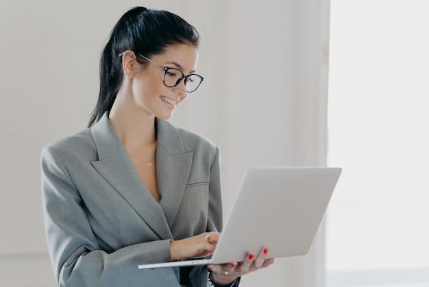 Piękna brunetka kobieta za pomocą laptopa