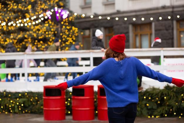 Piękna brunetka kobieta zabawy na targach bożonarodzeniowych. miejsce na tekst
