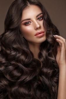 Piękna brunetka modelka: loki, klasyczny makijaż i pełne usta, piękna twarz,