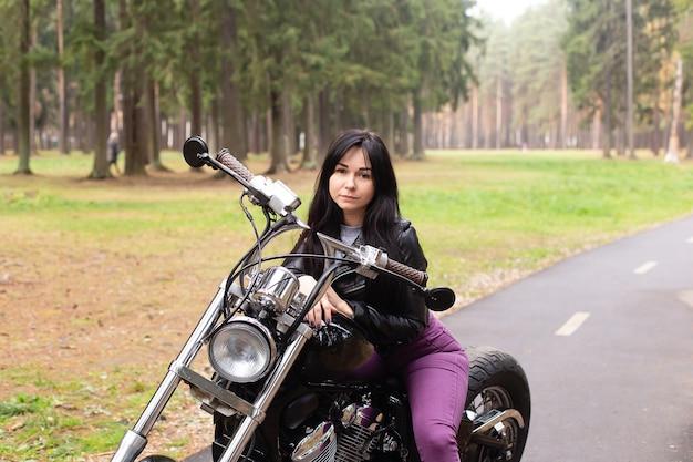 Piękna brunetka na motocyklu