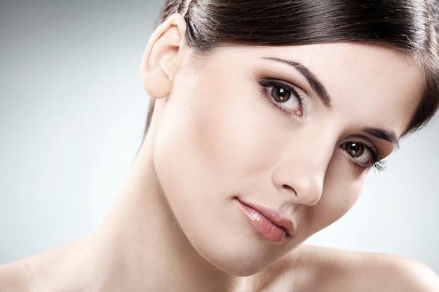 Piękna brunetka o czystej twarzy