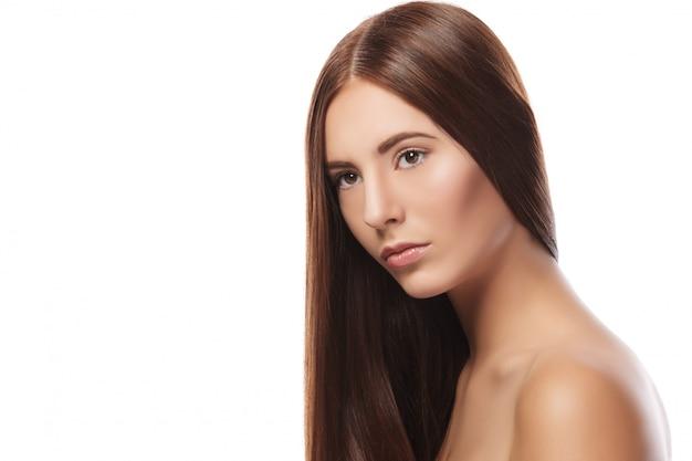 Piękna brunetka o prostych włosach