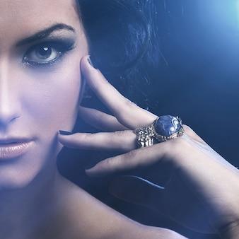 Piękna brunetka o słodkiej twarzy