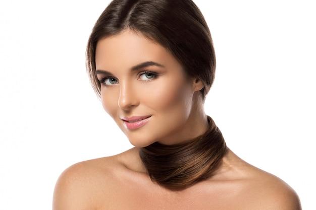 Piękna brunetka o zdrowych i lśniących włosach