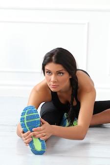 Piękna brunetka robi ćwiczenia