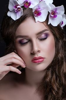 Piękna brunetka z długimi włosami i wieniec z kwiatów