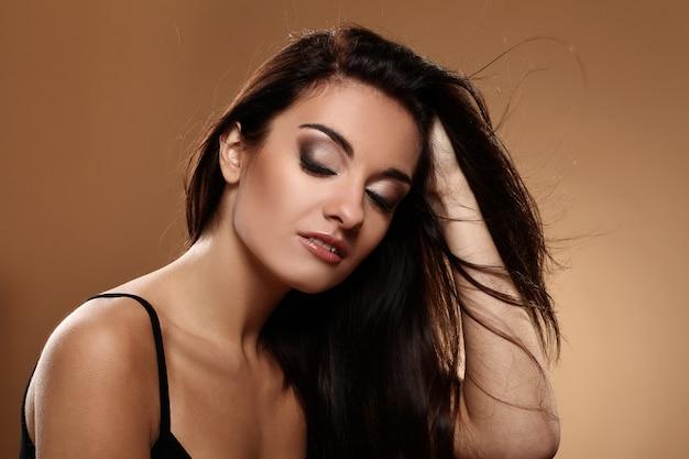 Piękna brunetka z wieczorowym makijażem