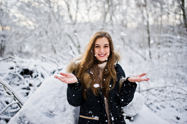 Piękna brunetki dziewczyna w zimy ciepłej odzieży. model na kurtce zimowej.