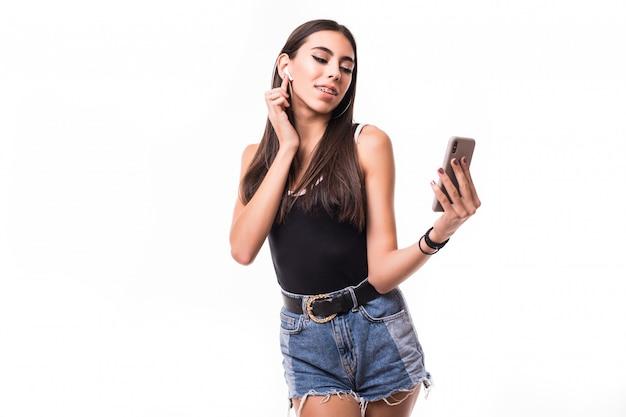 Piękna brunetki kobieta słucha muzykę odizolowywającą