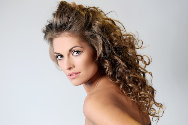 Piękna brunetki kobieta z kędziorami