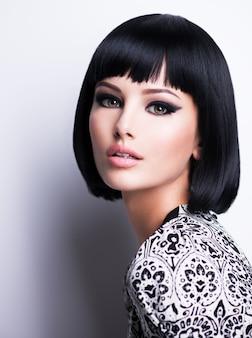 Piękna brunetki kobieta z krótką fryzurą