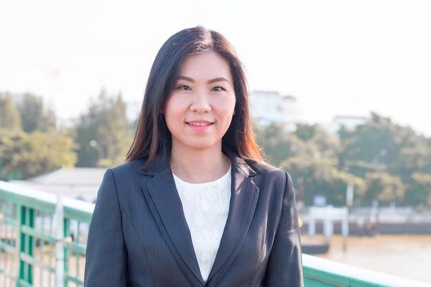 Piękna business manager kobieta ono uśmiecha się i myśleć o sukces pracie