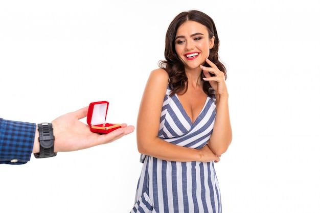 Piękna caucasian kobieta cieszy się z propozycji ślubu, obrazek odizolowywający na bielu