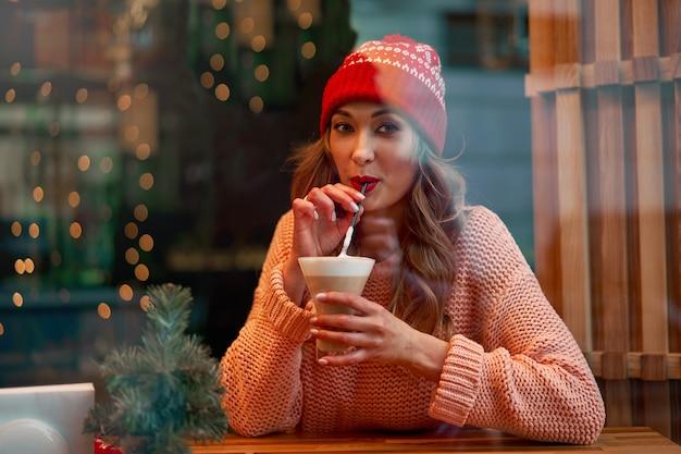 Piękna caucasian kobieta indoors cukierniany zima wakacje czas