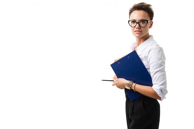 Piękna caucasian kobieta w biur ubraniach myśleć o pracie i trzyma notatnika odizolowywającego na bielu