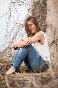 Piękna caucasian kobieta w przypadkowym outdoors